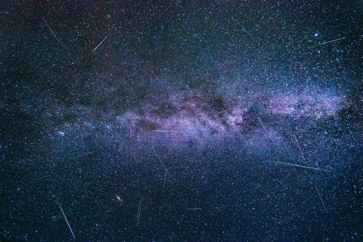 Une pluie d'étoiles filantes bien visible