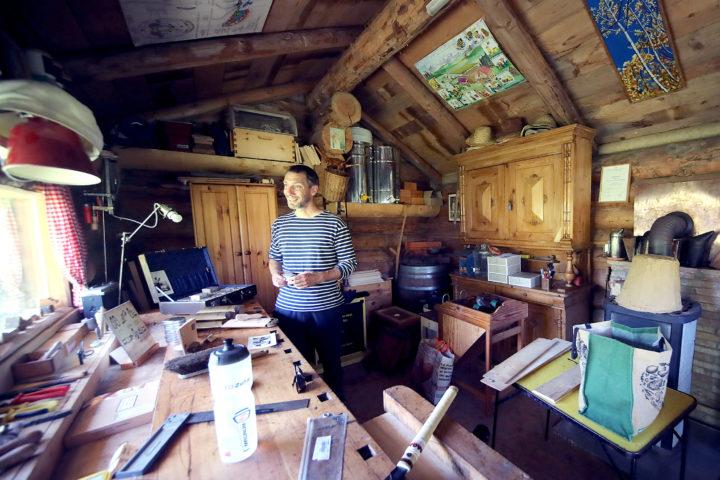 L'intérieur de l'atelier de Guillaume Schneider, où l'on peut trouver le fameux cirage 100% naturel à base de cire d'abeille. Photo: Moesching