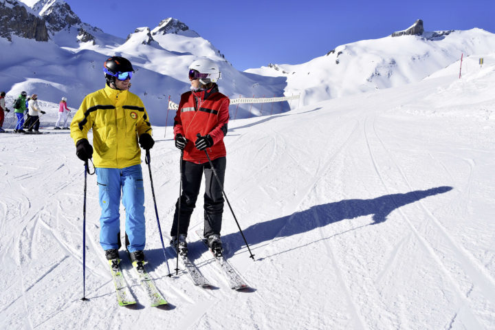 Sylvie Pousaz (en rouge) et Damien Barras, malvoyant, ont dû développer un lien très fort pour pouvoir skier ensemble. Photo: A.Bozzini GRSA