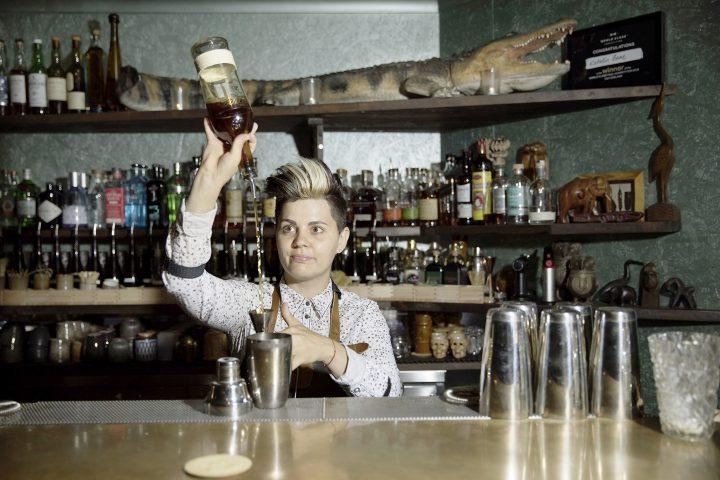 L'alchimiste qui règne derrière le bar