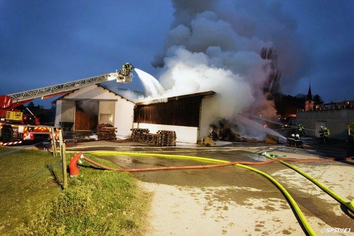 Une ferme partiellement détruite par le feu