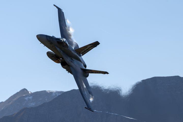 Un F/A-18 franchit le mur du son en faisant la police du ciel
