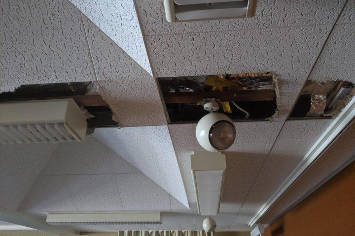 Le toit d'une classe part en miettes