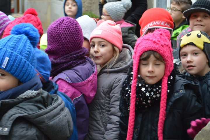 350 enfants emmitouflés chantent Noël