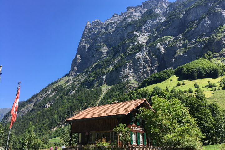 Vallée nichée entre falaises et cascades bernoises