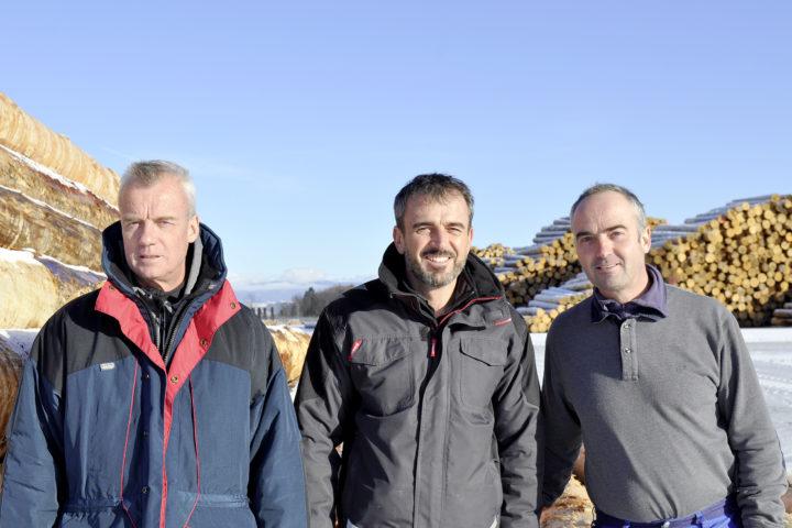 Thierry, Claude et Laurent Zahnd dirigent l'entreprise familiale à Rueyres.  Photo: Cornut