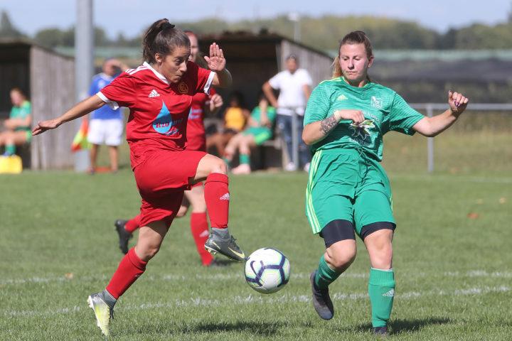 Ana Santos et le Chêne Aubonne a pris le dessus sur le FC Etoy de Robyne Bucher.