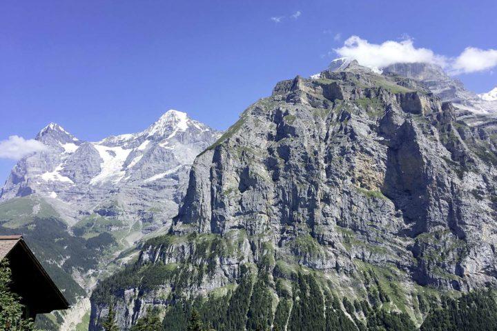 Une vallée nichée entre falaises et cascades