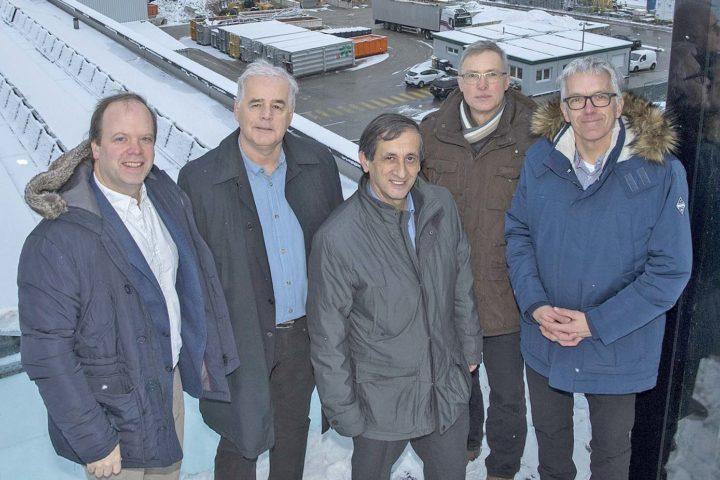 Eric Linn (tout à gauche) et Salvatore Guarna (au centre) ne se représenteront pas lors des prochaines élections communales. Photo: Bovy