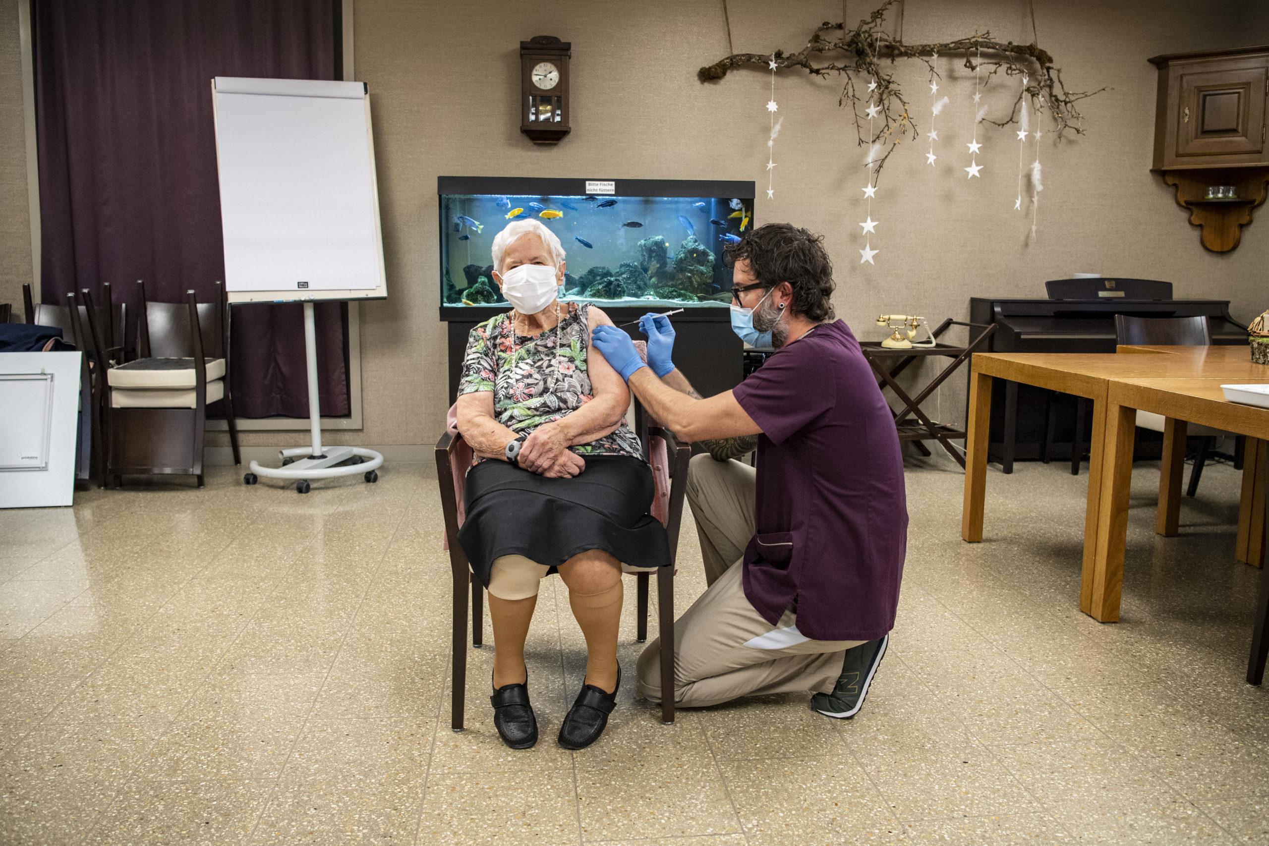 Premières personnes vaccinées contre le Covid en Suisse