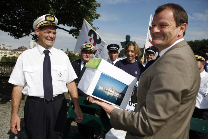 Lors d'une remise de pétition, c'est le chancelier qui s'occupe de la réception, comme ici en 2010 avec un capitaine de la CGN. Photo: Odile meylan