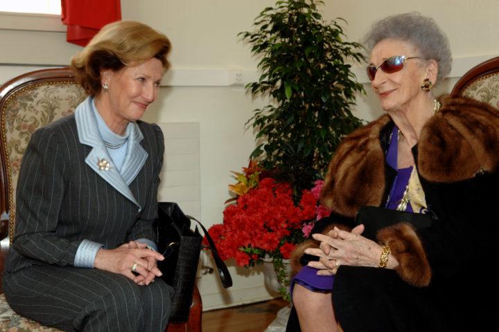 lève de l'école entre 1955 et 1957, la Reine Sonja (à gauche) retrouve Lucie Luescher, ancienne directrice. Photo: ARC/Jean-Bernard Sieber