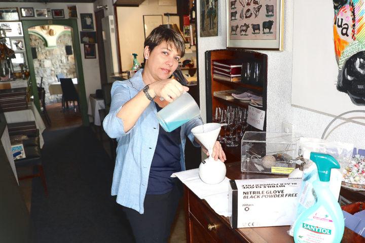 À l'image de Monica Fernandez, patronne de l'Auberge du Chasseur à Allaman, le secteur de la gastronomie souffre énormément depuis un an. ©François Moesching