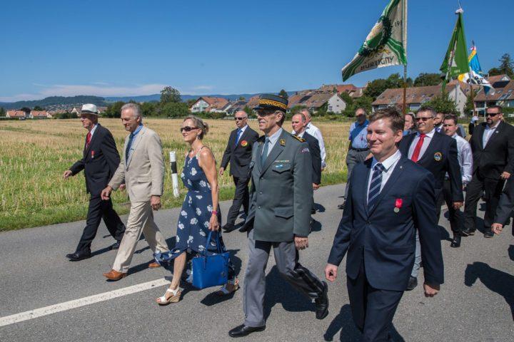 Boris Cuanoud, à droite, marche au pas en compagnie de la préfète actuelle Andrea Arn: un signe!