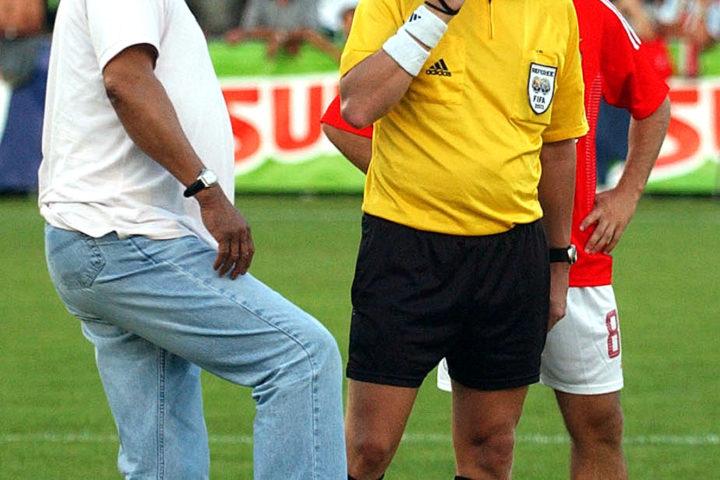 Nyon, le 19.7.2003; Foot amical: Benfica Lisbonne - Sporting Lisbonne: le coup d'envoi a ?t? donn? par l'arbitre Philippe Leuba ? la l?gende du foot portugais Eusebio/ © A. Rouche