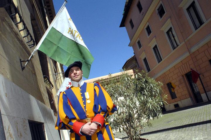 Rome, le 4 avril 2006, Le hallebardier Vincent Kohler, d'Etoy, membre de la garde pontificale: dans la cour d'honneur de la garde pontificale/ © Alain Rouche