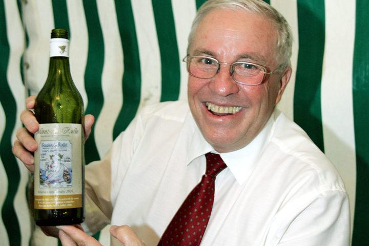 Mont-sur-Rolle, le 31 juillet 2006, Visite de Christoph Blocher pour la fête nationale: Christoph Blocher avec une bouteille de 'Blocher sur Rolle'/ © Alain Rouèche