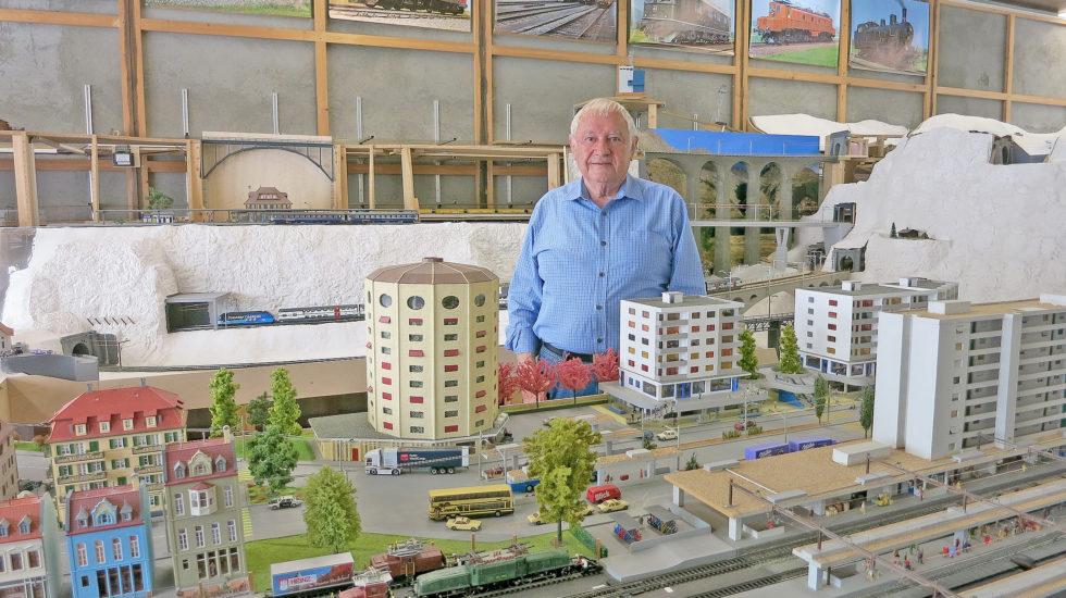 Le chef de gare gère une ville miniature