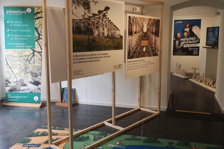 Des panneaux explicatifs sont accrochés aux cimaises de l'Espace 81. Par terre, un grand tapis représente la carte du district de Morges. Photo: Morges Région Tourisme