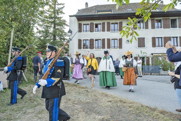 Laurence Cretegny et son cortège ont fait le tour du village pour saluer les habitants de Bussy-Chardonney. Photo: Bovy
