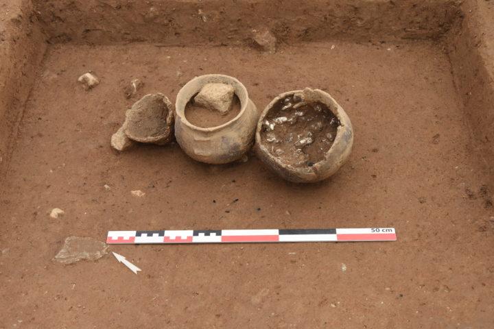 Ossuaire (à droite) et vases d'accompagnement de la tombe ST59. Image: Archeodunum SA, L. Nicod.