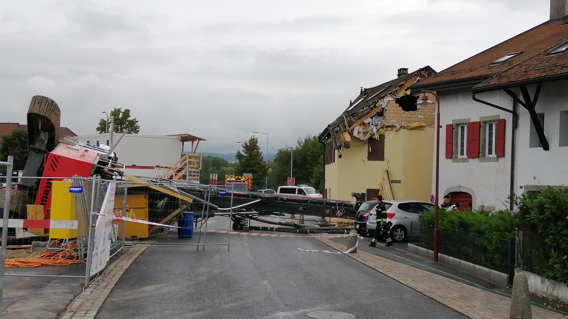 Une foreuse s'effondre sur une maison à Denges